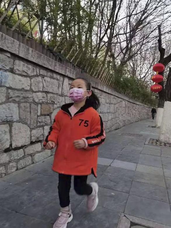 Cô bé Trung Quốc 7 tuổi chạy 10km mỗi ngày để giúp chị được sống - Ảnh 2.