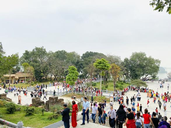 5 vạn người đổ về chùa Tam Chúc, tỉnh Hà Nam phải tìm giải pháp - Ảnh 2.