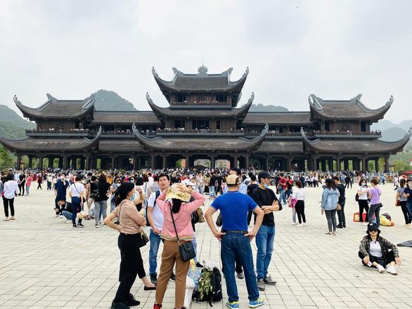 5 vạn người đổ về chùa Tam Chúc, tỉnh Hà Nam phải tìm giải pháp - Ảnh 1.