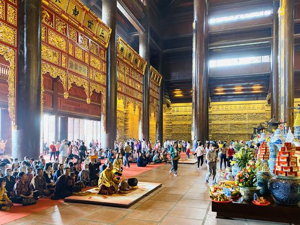 5 vạn người đổ về chùa Tam Chúc, tỉnh Hà Nam phải tìm giải pháp - Ảnh 4.