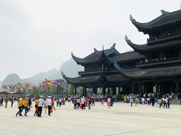 Sở Văn hóa Hà Nam làm việc với chùa Tam Chúc vì 5 vạn dân chen chúc đến chùa - Ảnh 1.