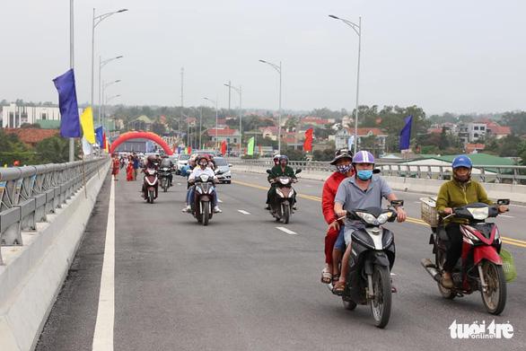 Thủ tướng cắt băng thông xe cầu Cửa Hội nối Nghệ An - Hà Tĩnh - Ảnh 2.