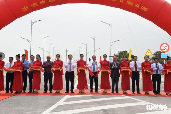 Thủ tướng cắt băng thông xe cầu Cửa Hội nối Nghệ An - Hà Tĩnh - Ảnh 1.