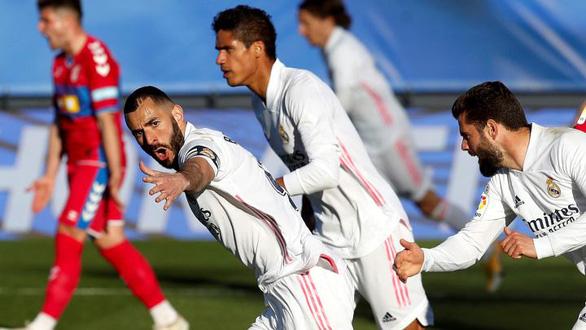 Benzema lập cú đúp giúp Real Madrid lội ngược dòng ngoạn mục - Ảnh 1.