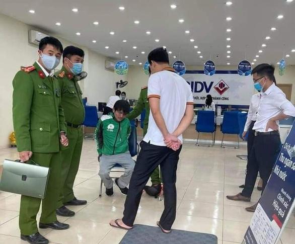 Cầm súng, mìn xông vào cướp Ngân hàng BIDV ở Hà Nội - Ảnh 1.