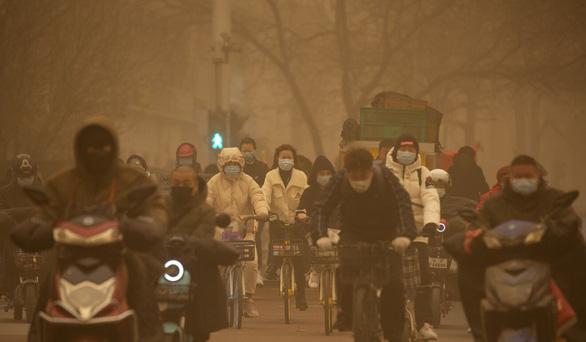 Bão cát kinh khủng nhất thập kỷ phủ vàng Bắc Kinh và 11 tỉnh Trung Quốc - Ảnh 2.