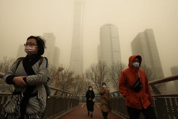 Bão cát kinh khủng nhất thập kỷ phủ vàng Bắc Kinh và 11 tỉnh Trung Quốc - Ảnh 1.