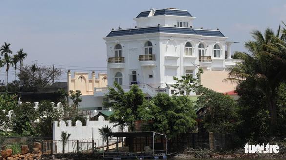 Tỉnh ủy Lâm Đồng yêu cầu xử nghiêm biệt thự xây không phép trên hồ Nam Phương - Ảnh 1.