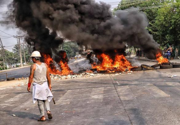 Trung Quốc kêu gọi trừng phạt thủ phạm đốt nhà máy nước này tại Myanmar - Ảnh 1.