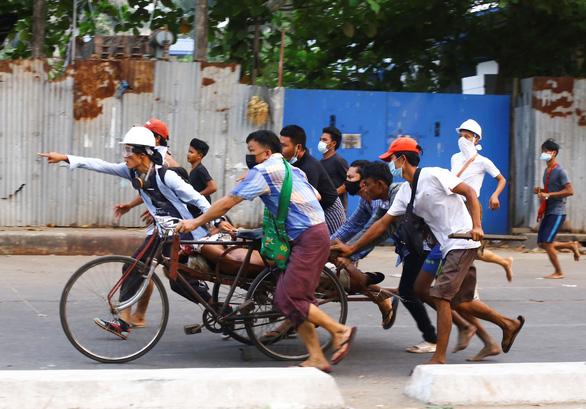 Đài Loan thúc các công ty ở Myanmar treo cờ Đài Loan để tránh bị tấn công nhầm - Ảnh 1.