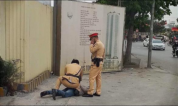 Xin bỏ qua lỗi vi phạm bất thành, tài xế say rượu đấm vào mặt thượng úy cảnh sát - Ảnh 1.