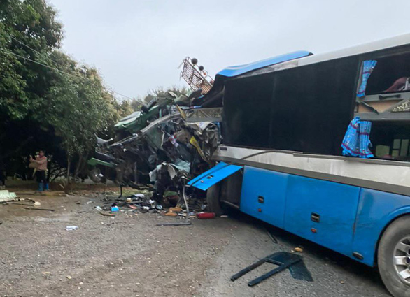 Xe khách đấu đầu xe tải, 3 người chết tại chỗ - Ảnh 1.