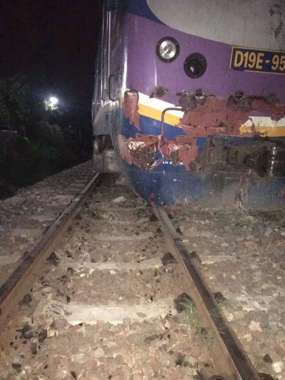 Thông tuyến đường sắt Bắc - Nam sau hơn 7 giờ gián đoạn vì tàu SE21 va xe container - Ảnh 1.