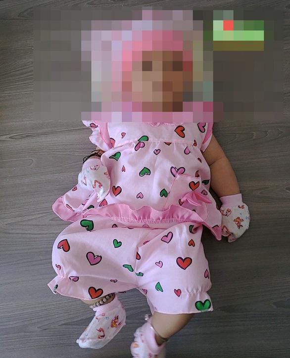 Giữa đêm khuya, bỏ bé gái 3 tháng tuổi trước nhà dân rồi bỏ đi - Ảnh 1.