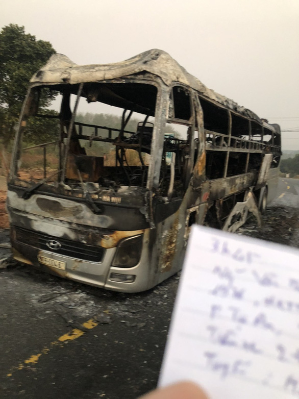 11 người thoát chết khi xe giường nằm bốc cháy lúc rạng sáng - Ảnh 1.
