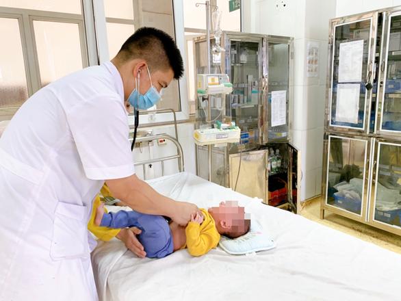 Bé 5 tháng tuổi phải cấp cứu vì gia đình lấy nhầm cồn 90 độ rửa mũi - Ảnh 1.