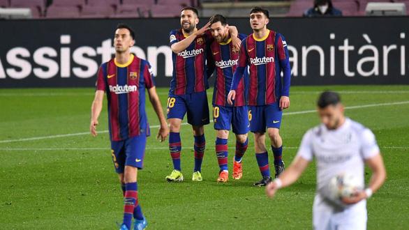 Messi lập cú đúp đưa Barca bám sát Atletico Madrid - Ảnh 1.