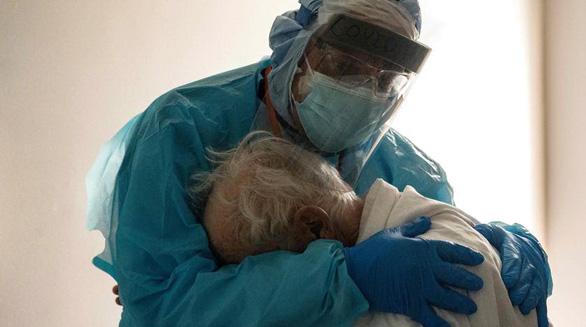 Điều trị ca COVID-19 nặng, y học vẫn loay hoay - Ảnh 1.