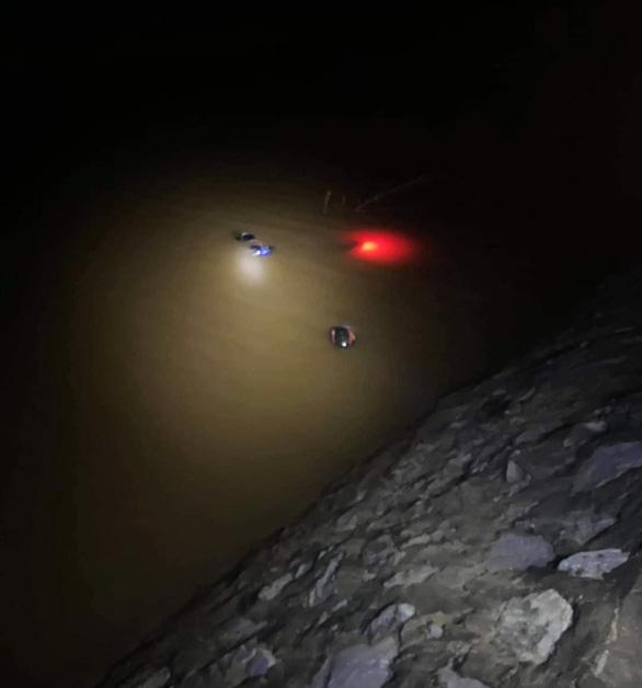 Người đàn ông tử vong sau khi bay xuống sông vì tông trúng cột mốc ven đường - Ảnh 1.