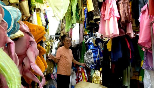 Kho trang phục, đạo cụ hơn 30 năm của bà Kim Thơ - Ảnh 1.