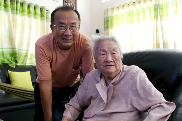 Kho trang phục, đạo cụ hơn 30 năm của bà Kim Thơ - Ảnh 2.