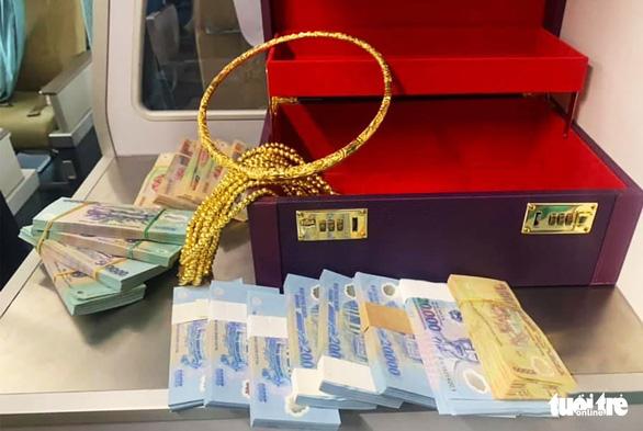 Khách đi máy bay từ TP.HCM về Vinh quên vali có 12 cọc tiền, nhiều vòng vàng - Ảnh 1.
