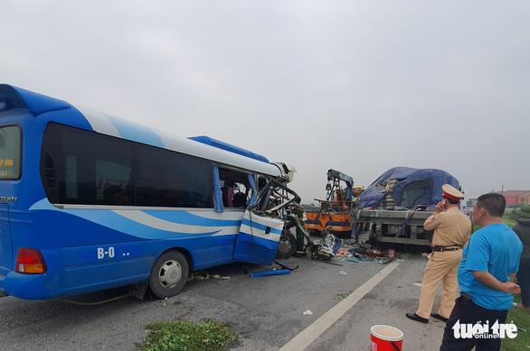 Xe chở đoàn đi lễ chùa đâm xe đầu kéo, 1 người chết, hơn 20 người nhập viện - Ảnh 3.