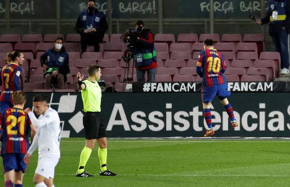 Messi lập cú đúp đưa Barca bám sát Atletico Madrid - Ảnh 4.