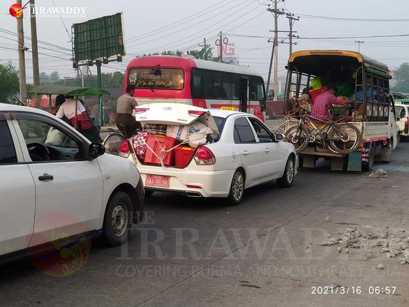 Dân ồ ạt tháo chạy khỏi khu vực thiết quân luật ở thành phố lớn nhất Myanmar - Ảnh 3.
