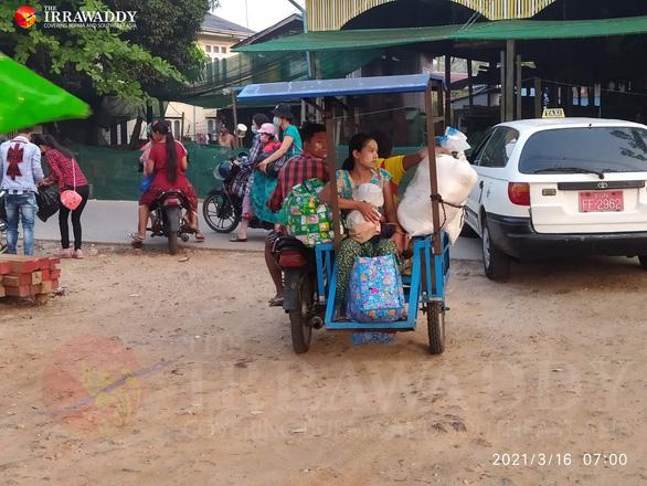 Dân ồ ạt tháo chạy khỏi khu vực thiết quân luật ở thành phố lớn nhất Myanmar - Ảnh 2.