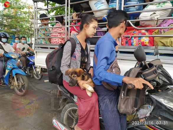 Dân ồ ạt tháo chạy khỏi khu vực thiết quân luật ở thành phố lớn nhất Myanmar - Ảnh 1.