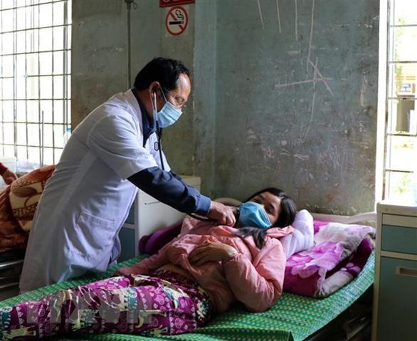 Cả làng nhiều người bệnh cùng triệu chứng, 2 người chết: Do ngộ độc thực phẩm - Ảnh 1.