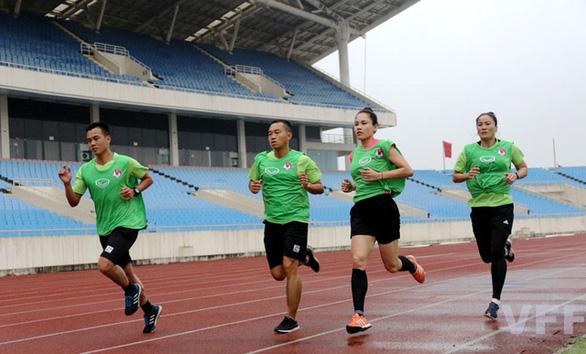 Hai nữ trợ lý trọng tài đầu tiên có cơ hội làm nhiệm vụ tại giải đấu dành cho nam ở Việt Nam - Ảnh 1.