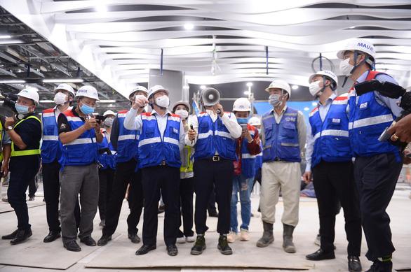 Chủ tịch UBND TP.HCM Nguyễn Thành Phong đi kiểm tra metro số 1 - Ảnh 2.