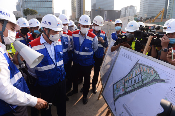 Chủ tịch UBND TP.HCM Nguyễn Thành Phong đi kiểm tra metro số 1 - Ảnh 1.