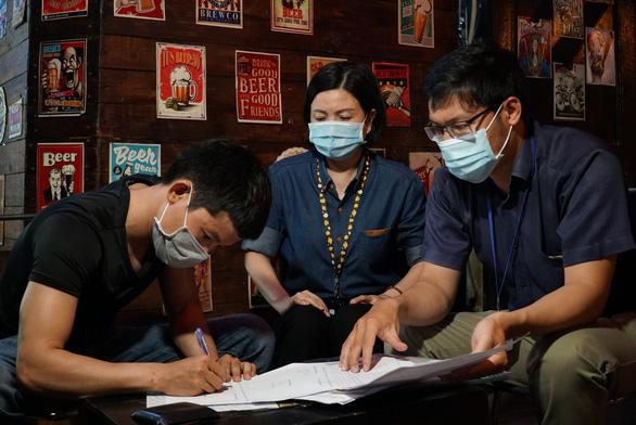 Lực lượng chức năng xuống đường yêu cầu chủ quán bia đường Phạm Văn Đồng giảm tiếng ồn - Ảnh 1.