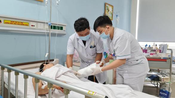 Bệnh viện 175 'cứu sống' hai bàn tay gần đứt lìa của hai thanh niên - Ảnh 2.