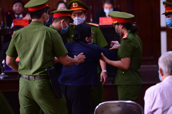 Chủ tọa đang công bố bản khai, bà Dương Thị Bạch Diệp khóc lớn phản đối - Ảnh 1.