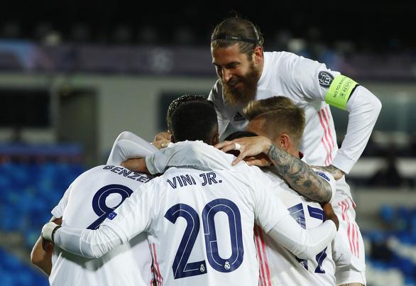 Real Madrid tiến vào tứ kết Champions League sau hai mùa bị loại - Ảnh 1.
