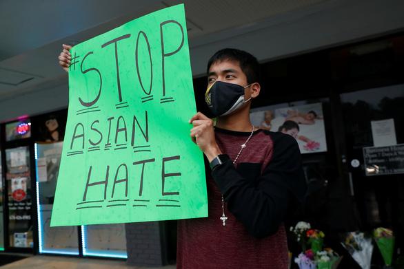 Ngăn chặn bạo lực chống người Mỹ gốc Á, ông Biden phải gọi cho lãnh đạo FBI - Ảnh 1.