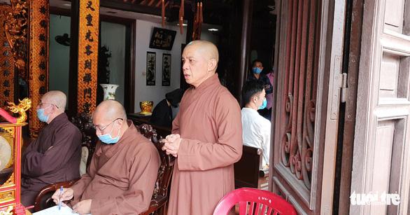 Điều chuyển sư thầy cầm nhang cháy xua đuổi người mặc áo dài đi lễ chùa - Ảnh 1.
