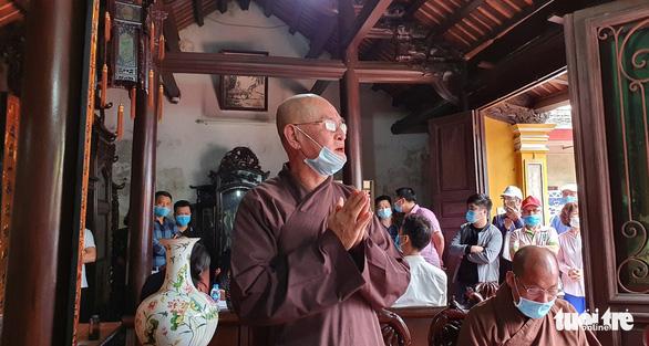 Điều chuyển sư thầy cầm nhang cháy xua đuổi người mặc áo dài đi lễ chùa - Ảnh 2.