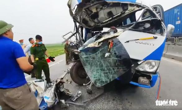 Tạm giữ tài xế xe chở đoàn đi lễ đâm xe đầu kéo làm 22 người thương vong - Ảnh 1.