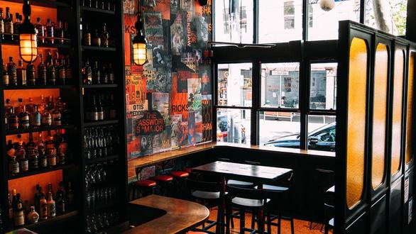 Người gốc Việt phẫn nộ với quán bar Úc trang trí phong cách chất độc da cam - Ảnh 2.
