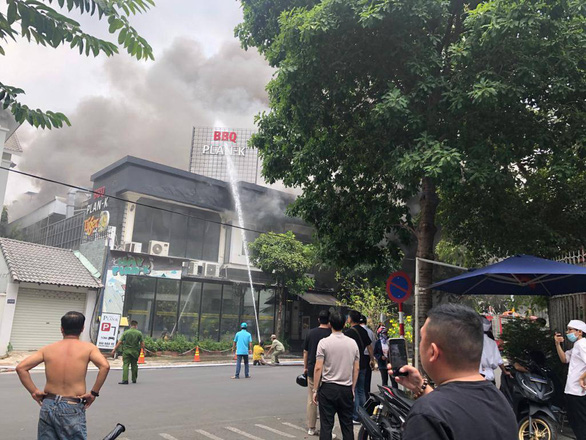 Nhà hàng BBQ sang trọng ở phường Thảo Điền bốc cháy ngùn ngụt giữa trưa 18-3 - Ảnh 2.