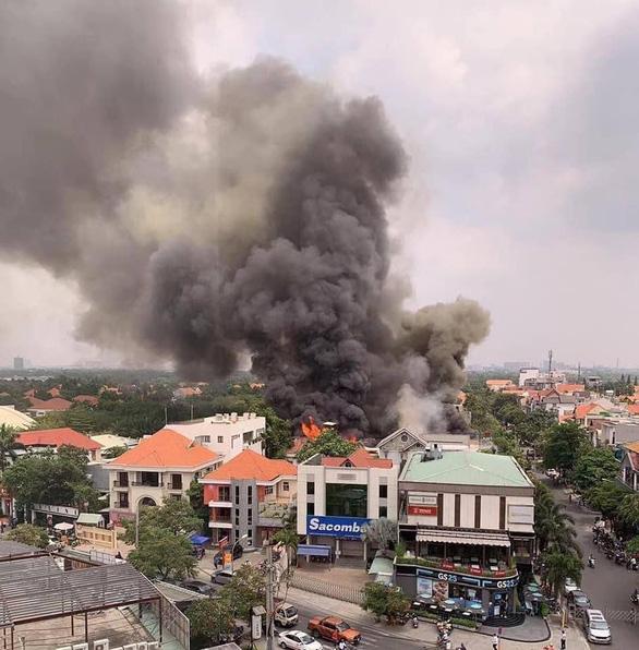 Nhà hàng BBQ sang trọng ở phường Thảo Điền bốc cháy ngùn ngụt giữa trưa 18-3 - Ảnh 4.
