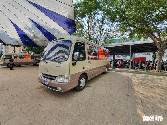 Công an TP.HCM triển khai 2 xe lưu động làm căn cước công dân - Ảnh 2.