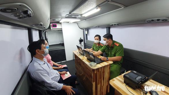 Công an TP.HCM triển khai 2 xe lưu động làm căn cước công dân - Ảnh 1.