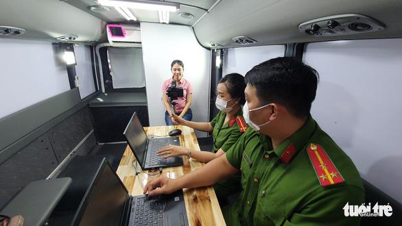 Công an TP.HCM triển khai 2 xe lưu động làm căn cước công dân - Ảnh 3.