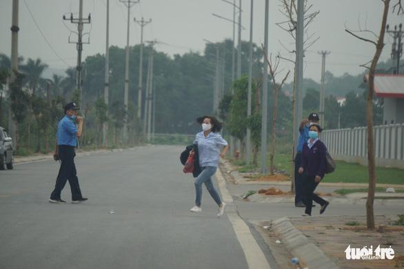 Phạt kịch khung công ty hoạt động chui, công nhân tháo chạy khi thấy kiểm tra phòng dịch - Ảnh 1.